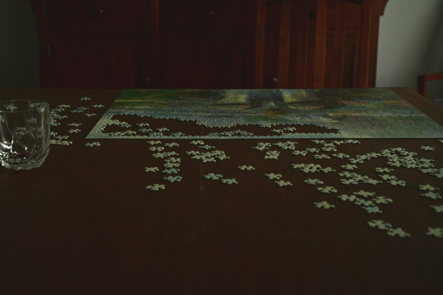 An+incomplete+puzzle+on+a+dark+table