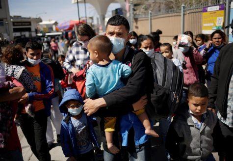 Migrantes de Centroamérica se encuentran cerca del puente fronterizo internacional Paso del Norte luego de ser deportados de Estados Unidos, en Ciudad Juárez, México.