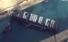 Las imágenes de satélite muestran remolcadores y dragas que intentan liberar al Ever Given, atrapado en el Canal de Suez.
