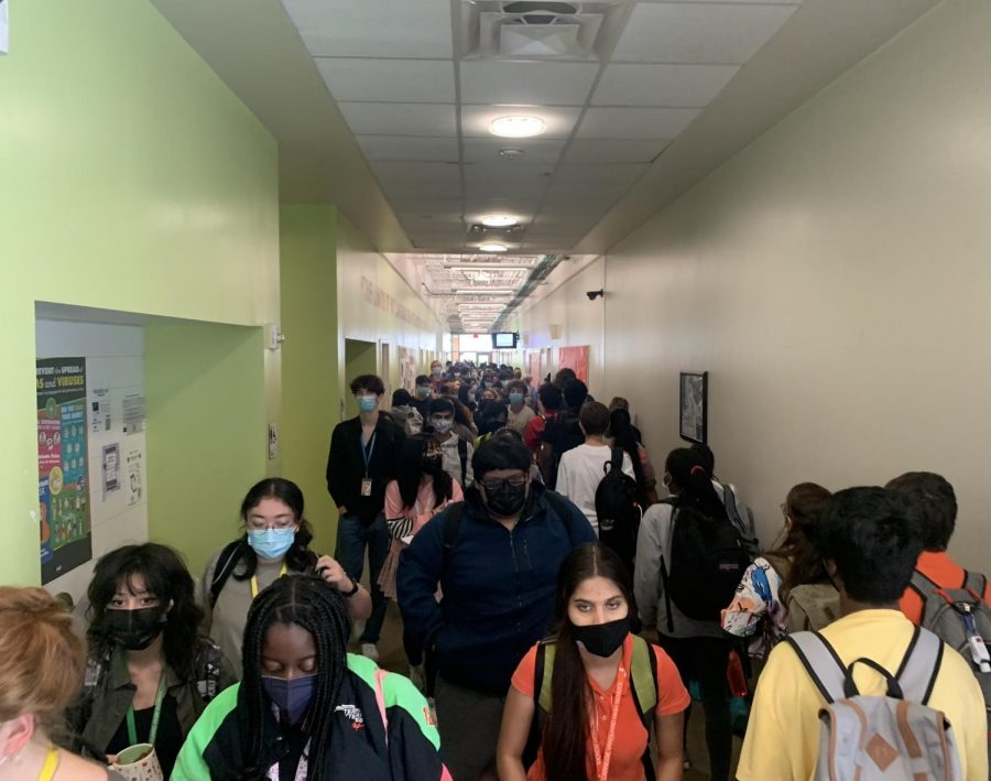 The English hallway at Carnegie is crowded with all students wearing masks.